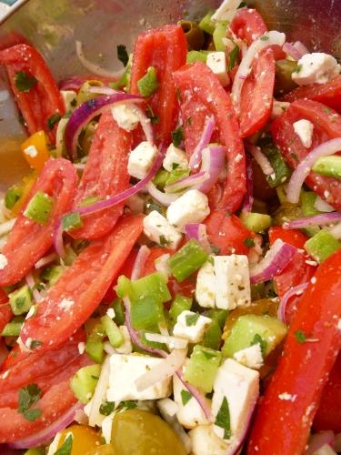 tomates,poivron,concombre,olives vertes,capres,feta,origan