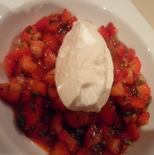 fraises,gariguettes,basilic,olives noires,citron vert,poivre de sèchuan,crème,poivrin rouge,gélatine,sucre glace