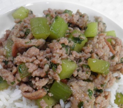 riz,porc,haché de porc,concombre,sauce soja,sauce huître,sauce poisson,nuoc-nam,bouillon de volaille,coriandre