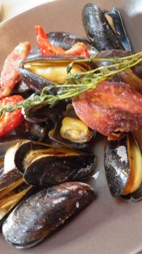 moules,chorizo,anis vert,ricard,vin blanc,tomates confites,romarin
