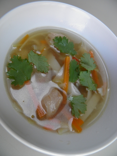 bouillon de volaille,poulet,saké,fish sauce,sauce soja,gingembre,coriandre,carottes,poireaux,jeunes oignons,nouilles udon,huile de sésame,piment thaï