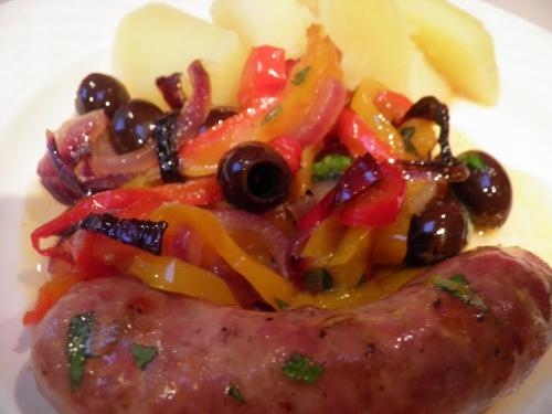 Saucisses Italiennes, Poivrons, Oignon Rouge, Grains de Fenouil, Piment, Piment d'Espelette, Chili, Olives Noires, Basilic