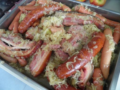 girofle,vin blanc,cidre,grains de coriandre,saucisses,choucroute,lard,porc,saucisson,saindoux,baies de genievre