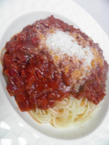 boeuf,veau,porc,jambon,tomates,carottes,céleri,oignons,muscade,sauge,basilic,huile d'olive,ail,vin rouge,bouillon de boeuf,piment d'espelette