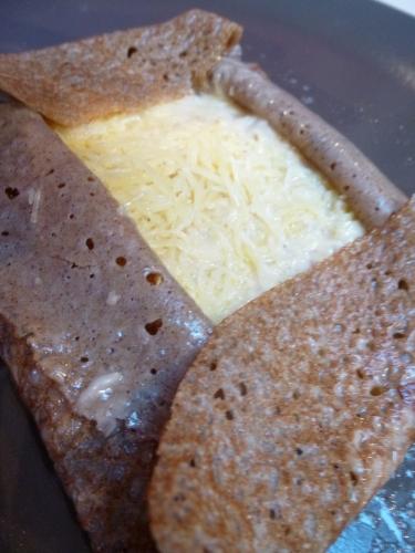 galette au sarrasin,oignons blancs,oignons roses,beurre demi-sel,farine,vinaigre de cidre,bouillon de volaille,crème liquide