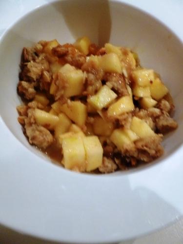 pommes golden,citron,rhum brun,sucre,crème epaisse,beurre,vanille,canelle,sucre de canne,poudre d'amandes,farine,muesli,raisins blonds,cranberries