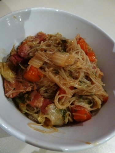 Filet de Porc, Lard Salé, Chou Chinois, Huile de Sésame, Carotte, Gingembre, Coriandre, Teriyaki, Bouillon de Légumes, Vermicelles, Vermicelles de Soja