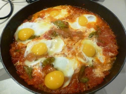 tomates,poivrons verts,ail,merguez,piment,carvi,oeufs