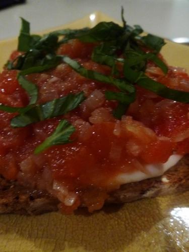 pain de campagne,oignons,anchois,chèvre frais,larry,origan,ail,echalotes,tomates,mozzarella,vinaigre balsamique,sauce soja,huile d'olive,basilic