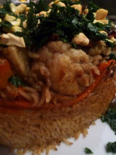 riz,poulet,bouillon de volaille,persil,amandes salées,cumin,coriandre,piment,clous de girofle,cardamome,carottes,aubergine,chou fleur,oignon,laurier,tomates,ail,basmati,canelle,muscade