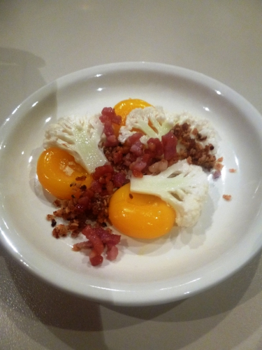 lard au jambon,oignons,vinaigre d'estragon,graines de coriandre,thym,choufleur,oeufs de caille,fleur de sel