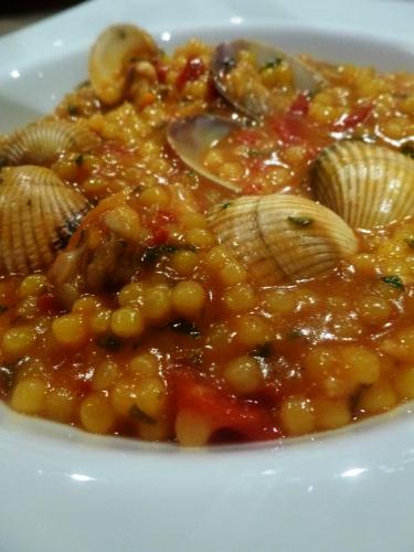 coques,palourdes,ail,tomates sèchées,tomates,piment d'espelette,vin blanc sec,vermentino,persil,fregola sarde,fumet de poisson,safran