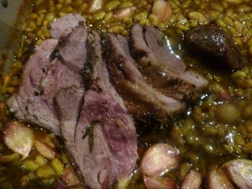 agneau,gigot,ail,romarin,thym,huile d'olive,flageolets,sel marin,poivre noir,jus d'agneau