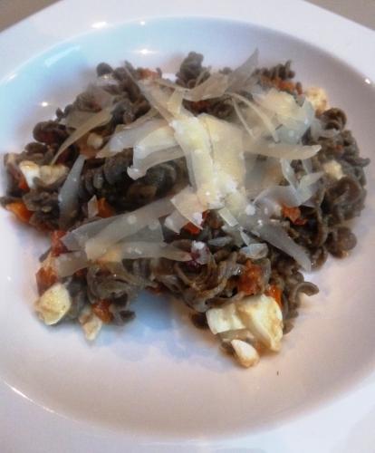 torsades au lentilles vertes,vin blanc,oignon,carotte,céleri,pancetta,chorizo,marjolaine,ail,huile d'olive,mozzarella,parmesan,tomate,oeuf