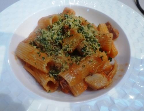 rigatoni,anchois,tomates,tomates cerises,basilic,origan,persil,citron,chapelure,culatello,cayenne,ail