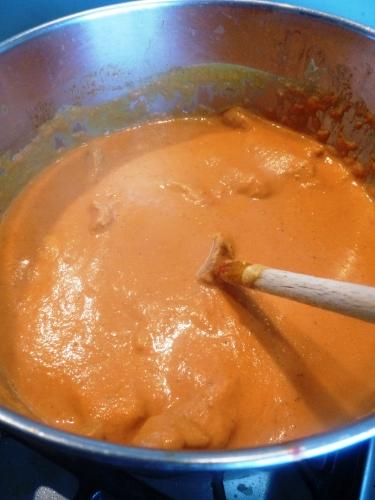 poulet,yaourt grec,citron vert,coriandre,muscade,tomates,lait de coco,garam massala,cumin,curry rouge,pâte de tandoori,ail,gingembre,huile d'arachide,naan,riz basmati,oignon rouge,oignon,amandes effilées,huile de sésame,chili,curcuma