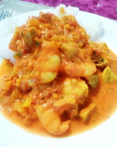 scampi,tomates,oignon,ail,huile d'olive,céleri,carotte,safran,champignons,poivron jaune,curry rouge,vin blanc,crème epaisse