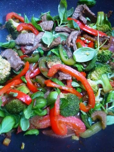 sherry,sauce soja,miel,huile de tournesol,boeuf,filet de boeuf,oignon rouge,ail,céleri,poivre noir,broccoli,poivron rouge,poivron vert,feuilles de basilic,riz