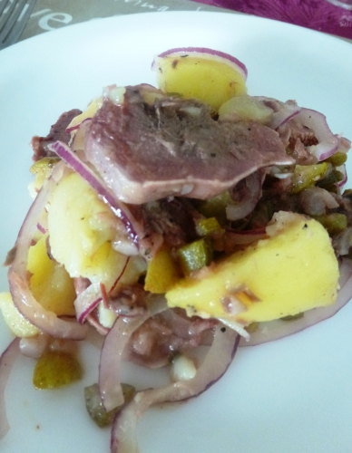 pommes de terre,oignon rouge,cornichons,olives vertes,langue de porc,kipkap,vinaigre de vin blanc,huile d'olive,moutarde,ail,oeufs