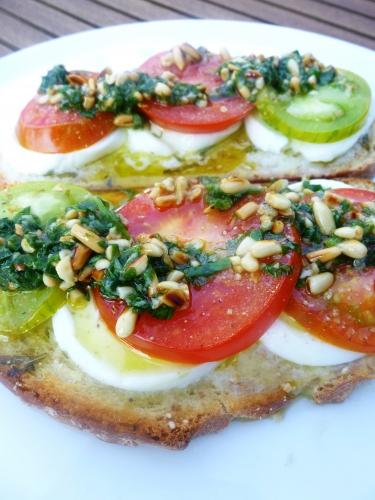 pain de campagne,mozzarella,tomates,ail,basilic,menthe,pignons de pin,citron