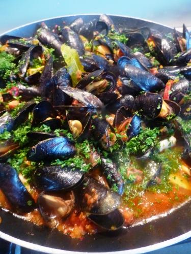 moules,chorizo,oignons,safran,piquillos,ail,vin blanc,bouillon de volaille,laurier,thym,tomates,persil