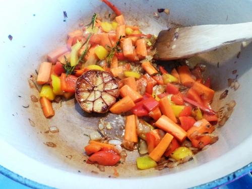 poulet,oignon,ail,romarin,thym,piment,poivron jaune,poivron rouge,carottes,concentré de tomates,safran,paprika doux,vin rouge,fond de volaille,polenta,gruyère,parmesan,bouillon de légumes,bouillon de volaille,champignons,artichauts,potiron,huile d'olive