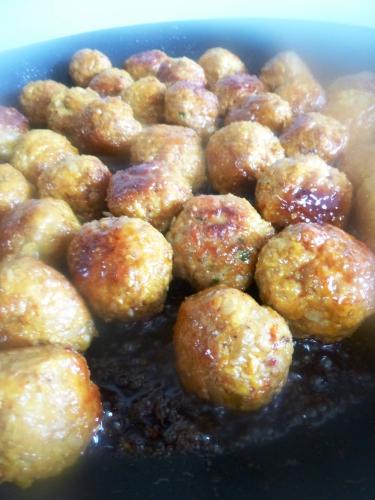 haché porc-veau,teriyaki,graines de sésame,chapelure,pain,oignons,ail,curcuma,paprika,piment d'espelette,huile d'olive,huile de tournesol,gingembre,oeufs,basilic,bouillon de volaille