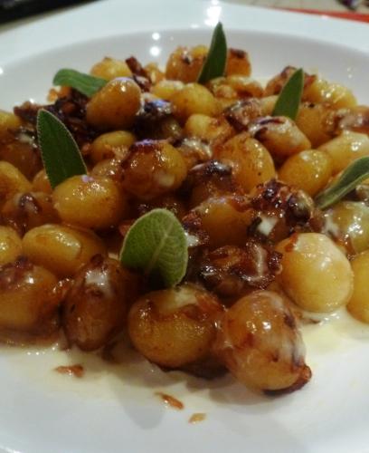 gnocchi,vinaigre balsamique,crème,parmesan,sauge,beurre,oignons