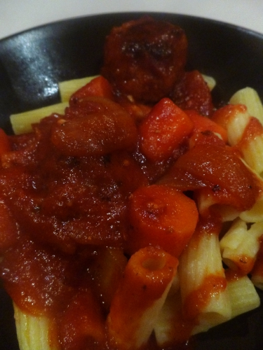 pâtes,boeuf,porc,veau,piment d'espelette,passata,tomate,ail,oignons,vinaigre balsamique,céleri,carottes,thym,laurier,sucre