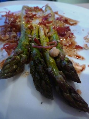 asperges vertes,jambon de bayonne,comte,parmesan,vinaigre balsamique,huile de noisettes,fleur de sel,poivre noir