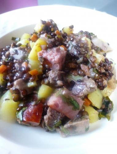 oignon,carotte,bouquet garni,langue de porc confite,pomme de terre,lentilles vertes,fond de veau blanc,fond de volaille blanc,clou de girofle,baie de genièvre,oseille,vinaigre de xères