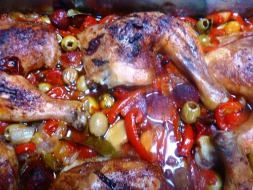 cuisses de poulet,chorizo,oignon blanc,tomates,coeur de pigeon,poivron rouge,guindillas,ail,basilic,thym,laurier,paprika fûmé,piment d'espelette,olives vertes