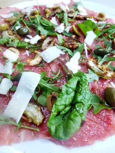 boeuf,artichaut violet,olives vertes,câprons,roquette,huile d'olive,fleur d'huile d'olive,fleur de sel,poivre noir,vinaigre balsamique,parmesan