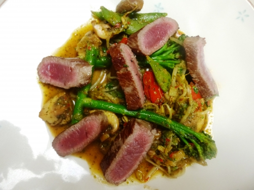 huile de tournesol,selle d'agneau,agneau,broccoletti,sugar snaps,champignons de paris,poivrons doux,jeunes oignons,mélange thaï delhaize,fleur de sel,germes de soja
