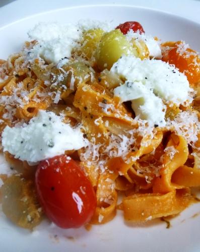 Pâtes aux peperoncini, basilic, tomates, tomates cerises, sucre, huile d'olive, poivre, mozzarella, ail, parmesan