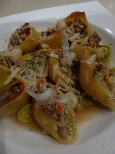 conchiglione,veau,lard fumé,oignon,ail,fond de veau,vin blanc sec,persil,ricotta,pignons de pin,huile d'olive