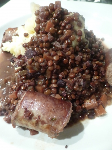 oignons,ail,carottes,céleri,lentilles,saucisse de porc,vin rouge,bouillon de boeuf,vinaigre de xères