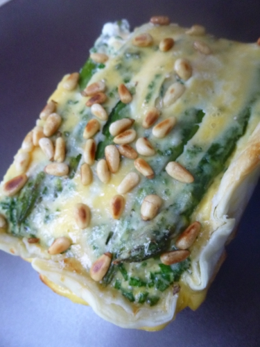 pâte feuilletée,asperges vertes,oeufs,crème,ciboulette,fromage de chèvre,parmesan,pignons de pin