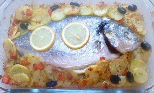 dorade,citron,origan,persil,olives noires,oignons,câpres,pommes de terre,pecorino,huile d'olive,vin blanc,fond de volaille,tomate