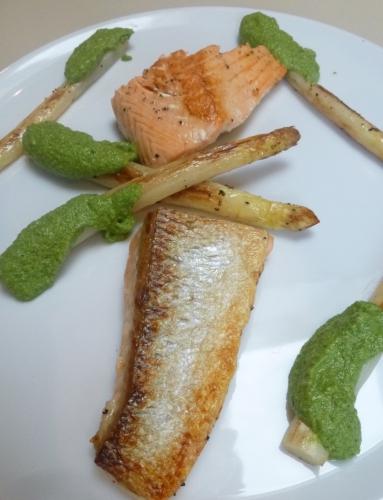 asperges blanches,saumon,huile d'olive,cresson,persil plat,cornichons,câpres,ail,echalote,oeuf,vinaigre de vin rouge,citron,moutarde,laurier