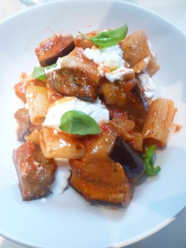 aubergines,ricotta,rigatoni,pates,huile d'olive,origan,tomates,concentré de tomates,vinaigre de vin rouge,cayenne,chili,basilic