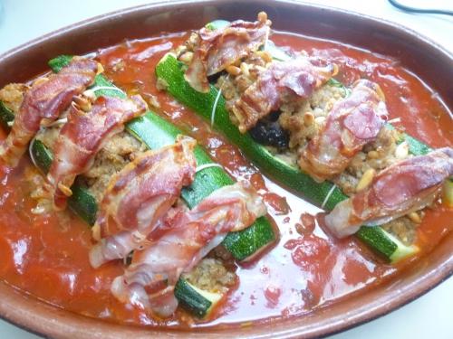 courgettes,huile d'olive,ail,cannelle,raisins secs,pignons de pin,marsala,chapelure,haché de porc,porc,pancetta,basilic,tomates,piment de cayenne