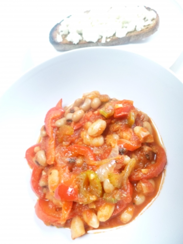 huile d'olive,oignon,céleri vert,poivron rouge,ail,concentré de tomates,tomates concassées,haricots cannellini,haricots cornille,tabsco,pain de seigle au levain,beurre,feta,sel de céleri