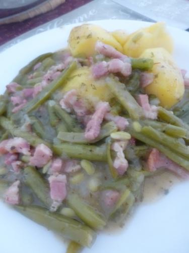 haricots verts,oignons,sarriette,citron,vinaigre,beurre,farine,lard salé,lard fûmé,bouillon de légumes,sauce worcestershire,persil