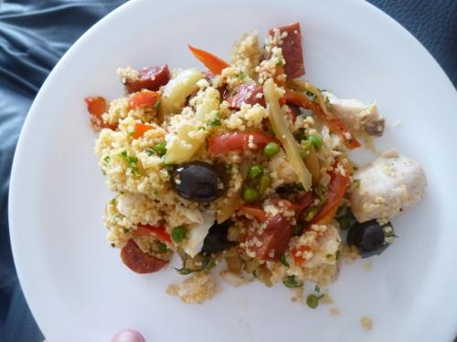 huile d'olive,merlu,chorizo,poivron rouge,anchois,petits pois,semoule,persil plat,olives noires