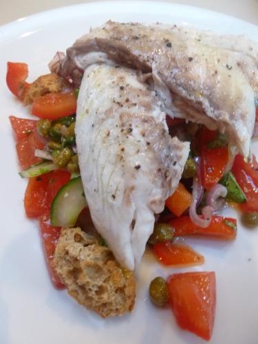 dorade,huile d'olive,ciabatta,tomates,oignon rouge,poivron rouge,câpres,concombre,anchois,basilic,vinaigre de vin rouge