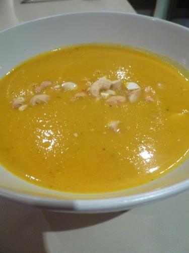 carottes,gingembre,oignons,ail,piment rouge,lait de coco,bouillon de volaille,coriandre,noix de cajou
