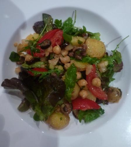 pois chiches,pommes de terre,olives noires,tomates,celeri blanc,vinaigre de xères,huile d'olive,fleur de sel,poivre,citron vert,anchois,radicchio,roquette,menthe,piment d'espelette