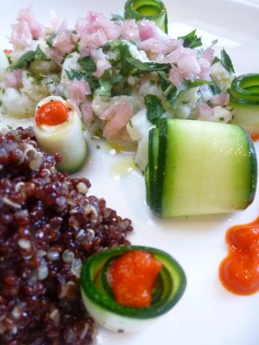 quinoa,bouillon de légumes,cabillaud,poivron rouge,piquillos,piment d'espelette,courgette,huile d'olive,citron vert,echalote,vinaigre de vin blanc,sucre,coriandre