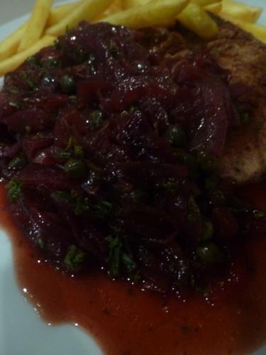 Foie de Veau, Estragon, persil, capres, oignons rouges, vinaigre balsamique, vinaigre à la framboise, vin blanc sec, fond de veau foncé, thym, laurier, ail, beurre carifié